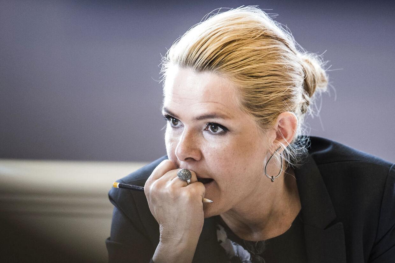 (ARKIV) Udlændinge- og integrationsminister Inger Støjberg (V) i åbent samråd om beslutningen undtagelsesfrit at adskille ægtepar på asylcentre, hvor den ene ægtefælle er under 18 år, i Folketingets Udlændinge- og Integrationsudvalg, fredag den 23. juni 2017. På førstedagen i Instrukskommissionens kom det frem, at Inger Støjberg blev advaret om, at hendes instruks omkring asylpar kunne være ulovlig. Det skriver Ritzau, torsdag den 14. maj 2020.. (Foto: Ida Marie Odgaard/Ritzau Scanpix)