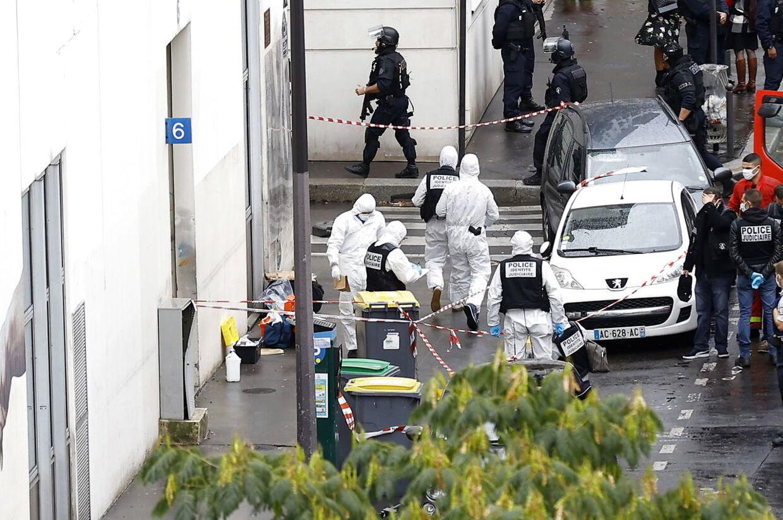 Politiet, da de fredag undersøgte overfaldet i Paris.