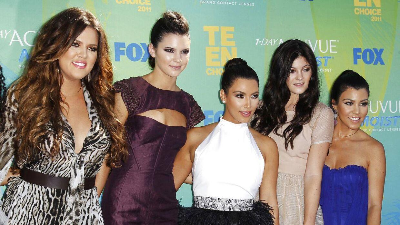 Et ældre billede fra 2011 af Kardashian-søstrene. Fra venstre ses Khloé, Kendall, Kim, Kylie og Kourtney.