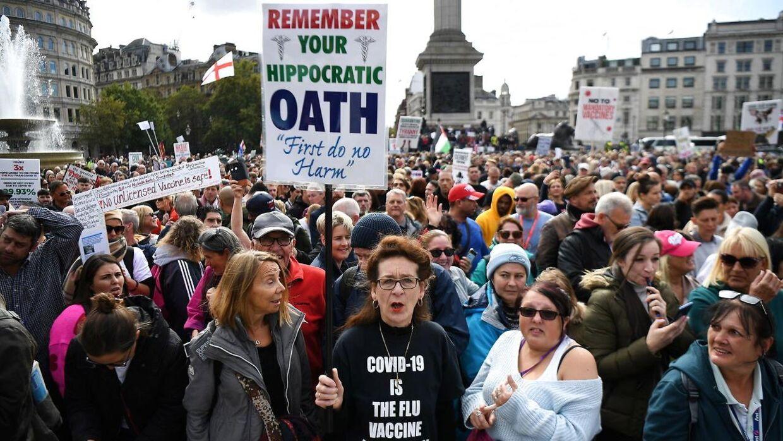 De mange fremmødte demonstranter er utilfredse med den britiske regerings håndtering af coronakrisen.
