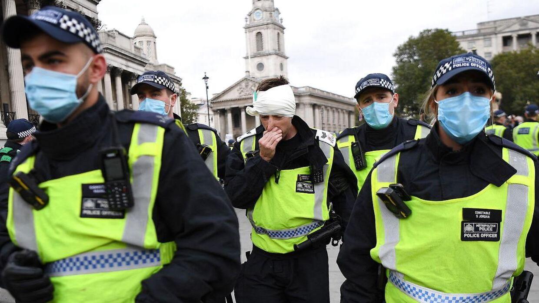 Flere demonstranter og en politibetjent er kommet til skade i forbindelse med demonstrationerne.