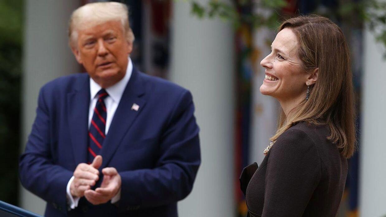 Donald Trump peger på den 48-årige Amy Coney Barrettsom (th. på billedet) kandidat til USA's højesteret.