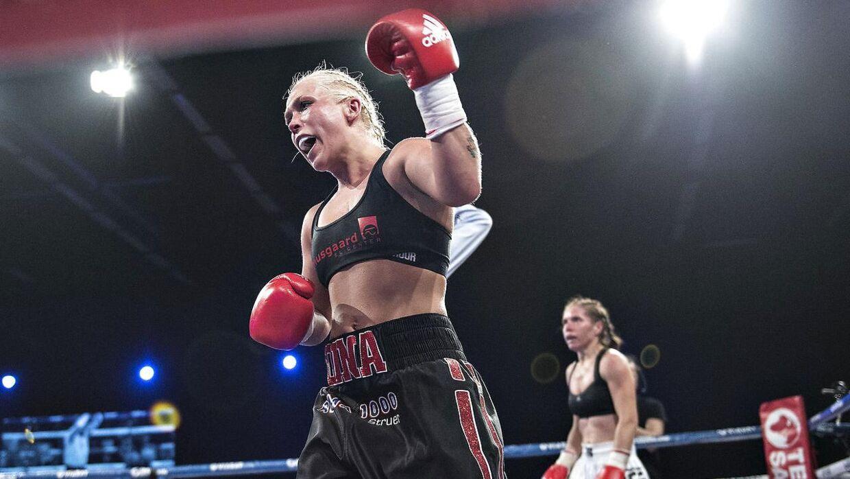 Dina Thorslund vandt på point og forsvarede sin VM-titel i superbantamvægt mod serbiske Nina Radovanovic.