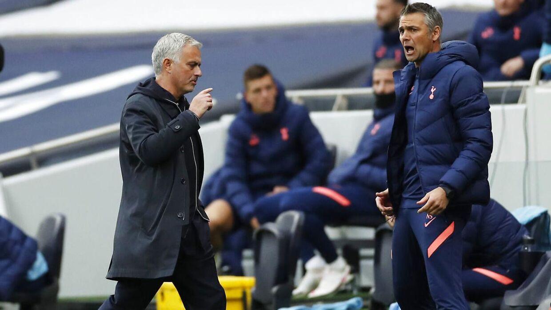Mourinho, da dommeren pegede på pletten dybt inde i overtiden.