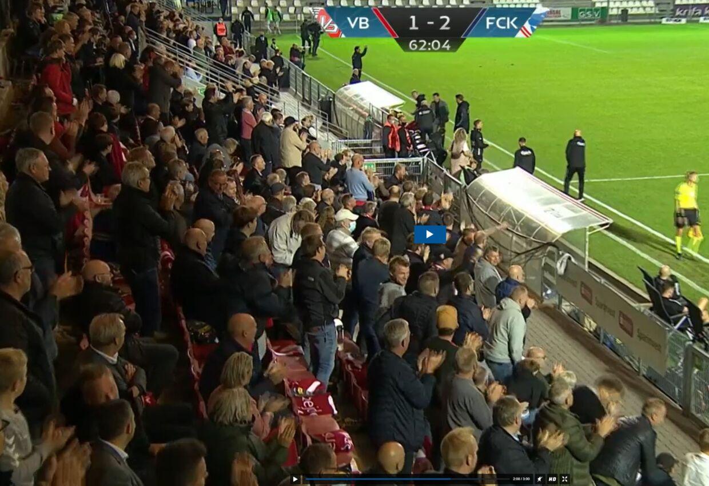 Her fejrer Vejle-tilskuerne efter en scoring til hjemmeholdet.
