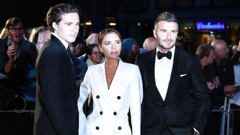 Brooklyn Beckham med sine kendte forældre.