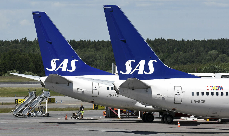 Det stærkt faldende antal passagerer får nu SAS til at sætte alle pilotor og kabinepersonalet i Danmark ned i arbejdstid og løn. Andre grupper af medarbejdere ventes at følge efter.