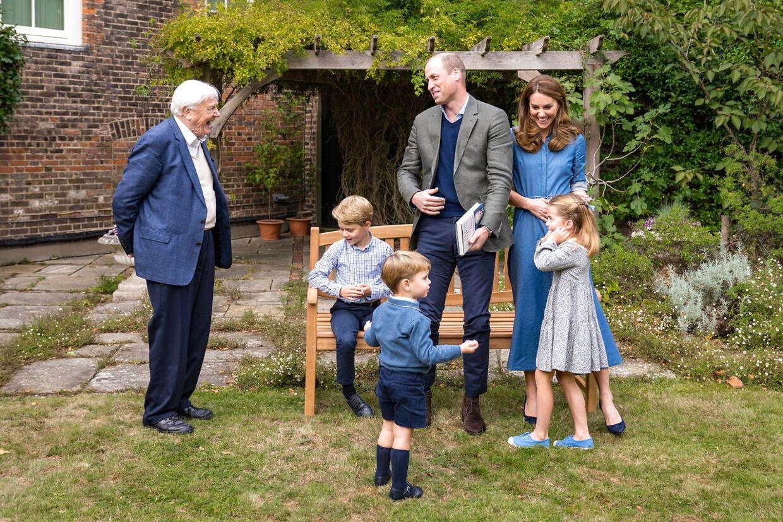 Prins William og hans kone, prinsesse Kate, med deres tre børn, prinserne George og Louis og prinsesse Charlotte, sammen med Sir David Attenborough i have ved Kensington Palace.