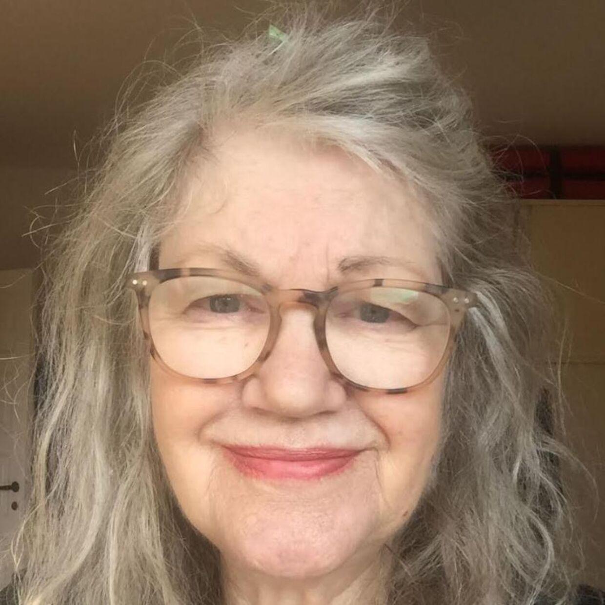 Lene Santora arbejdede fra 1978 til 1989 i USA som tøjdesigner. I dag er hun 76 år og tilbringer sin pensionisttilværesle på Frederiksberg.