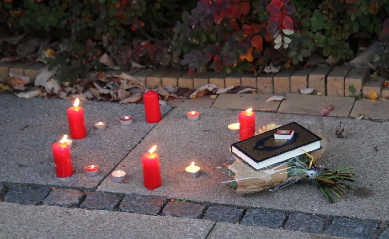 Tirsdag aften var der lagt lys ved gerningsstedet. Foto: Mathias Øgendal.