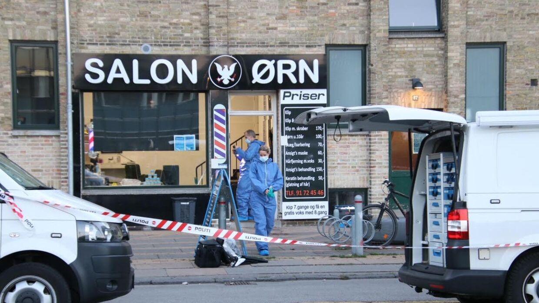 Politiets kriminalteknikere undersøgte minutiøst frisørsalonen for mulige spor efter tirsdagens skuddrab på Mørkhøvej.