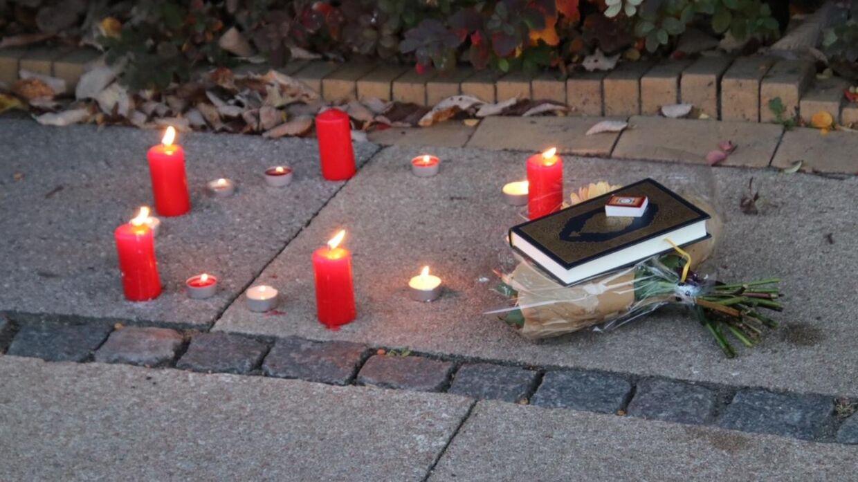 Der er lagt blomster ude foran salonen, hvor den 20-årige frisør blev dræbt.