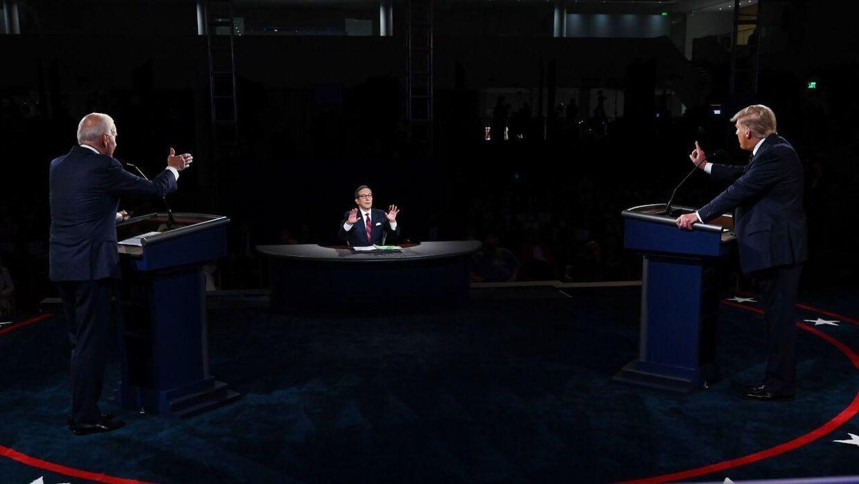 Et godt billede på nattens debat. Moderator Chris Wallace forsøger at skabe ro.