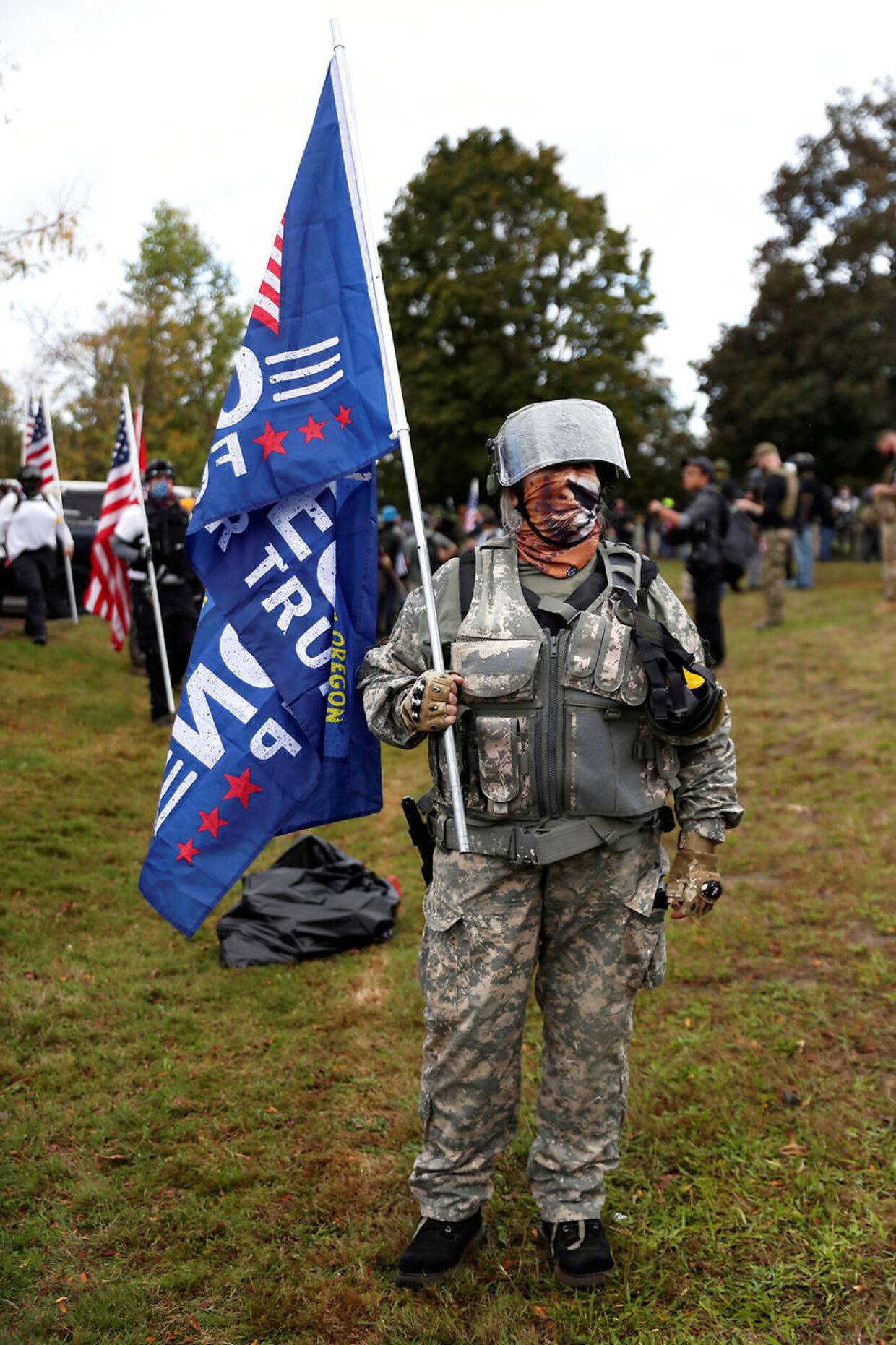 En kvindelig deltager ved et Proud Boys-stormøde i Portland, Oregon.