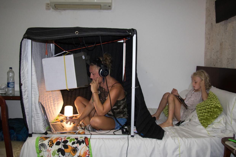 Mille og hendes mand kan arbejde fra alle steder i verden. Og børnene er vant til digital eller hjemmeundervisning.