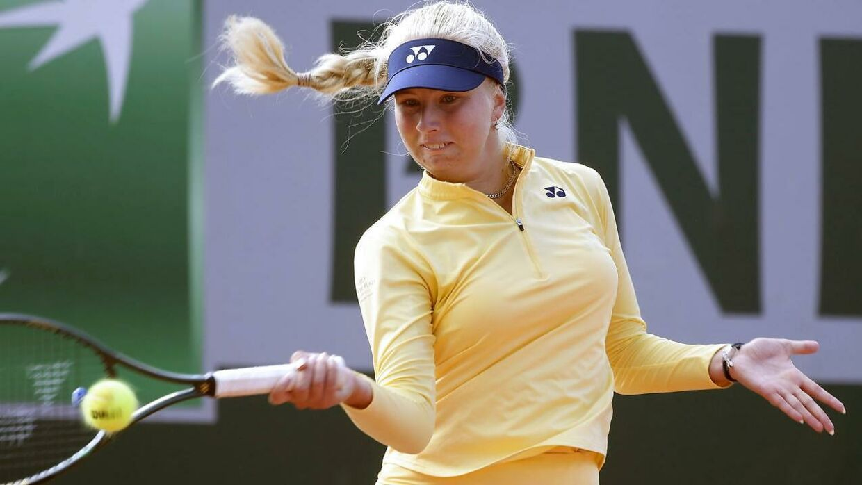 Clara Tauson i aktion mod Danielle Collins i anden runde af French Open.