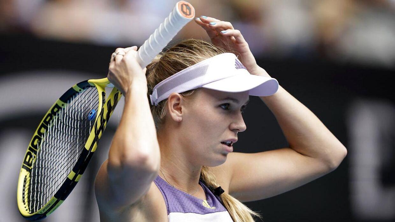 Det er ikke blot meritterne, der gør, at mange sammenligner Clara Tauson med Caroline Wozniacki. De har begge lyst hår og sætter det typisk op i fletning, når de spiller.
