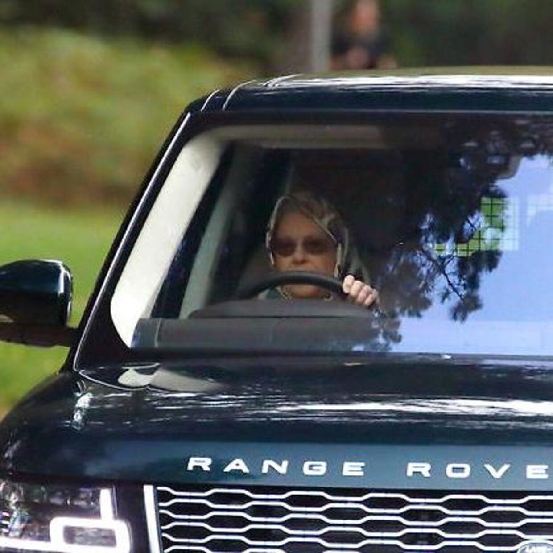 Den er god nok: Det er den britiske monark, der sidder bag rattet.