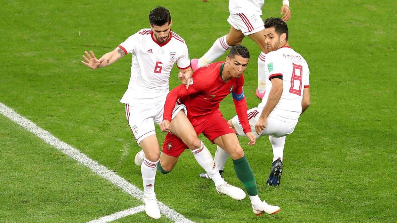 Saeid Ezatolahi (tv.) i aktion over for Cristiano Ronaldo ved VM i 2018.
