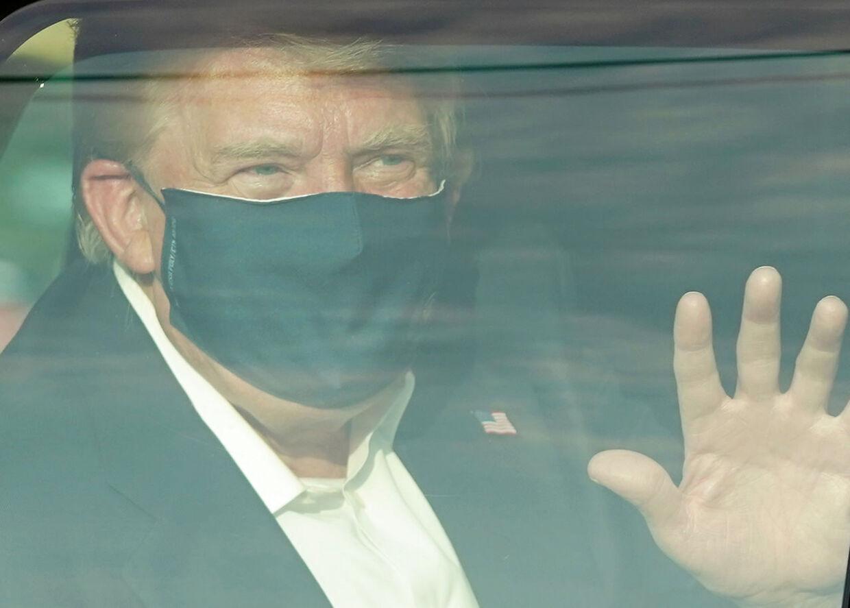 Donald Trump er selv blevet smittet med coronavirus, og har som følge af det været indlagt. Ifølge den amerikanske præsidents stabschef, Mark Meadows, har Donald Trump det så godt, at han trods smitten med coronavirus er klar til at genoptage sit arbejde.