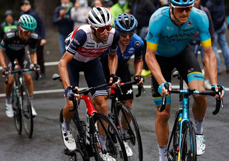 »Nibali var ikke meget for at føre, da vi kom af sted i en mindre gruppe. Jeg tror, han var presset og forsøgte at overleve. Han trak tempoet ud af gruppe,« skriver Jakob Fuglsang.