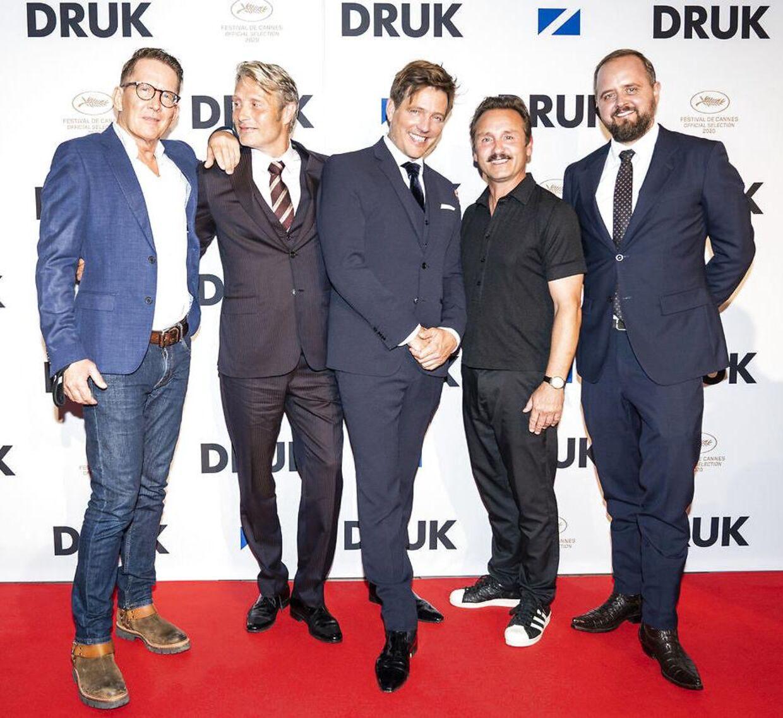 Thomas Bo Larsen, Mads Mikkelsen, Lars Ranthe og Magnus Millng med filmens instruktør, Thomas Vinterberg i midten, til premieren på 'Druk'.