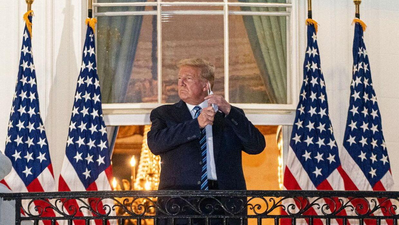 Trump tog sin maske af, da han 5. oktober vendte tilbage til Det Hvide Hus efter flere dages indlæggelse.