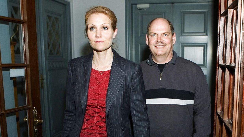 Socialdemokratiet holder gruppemøde i forbindelse med udskiftninger i toppen. Helle Thorning-Schmidt og Carsten Hansen kommer ud efter rokeringsmødet.