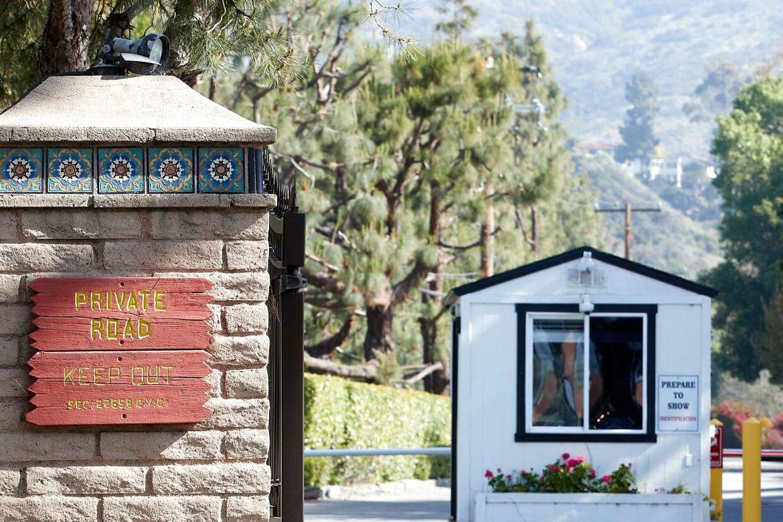 Skilte og bevogtede bomme foran prins Harry og hertuginde Meghans hjem i Malibu, Californien, viser tydeligt, at parret værner om deres privatliv.