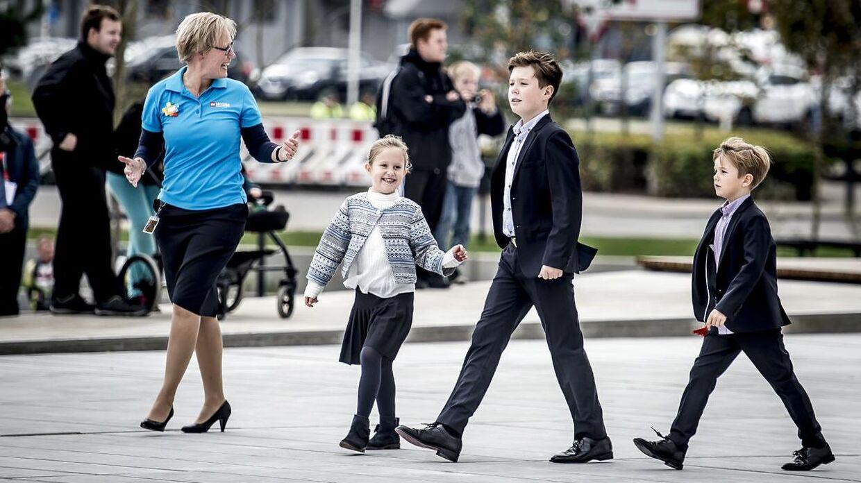 Prins Christian er den ældste af fire søskende. Ofte ser man ham holde lidt øje med sine yngre søskende.