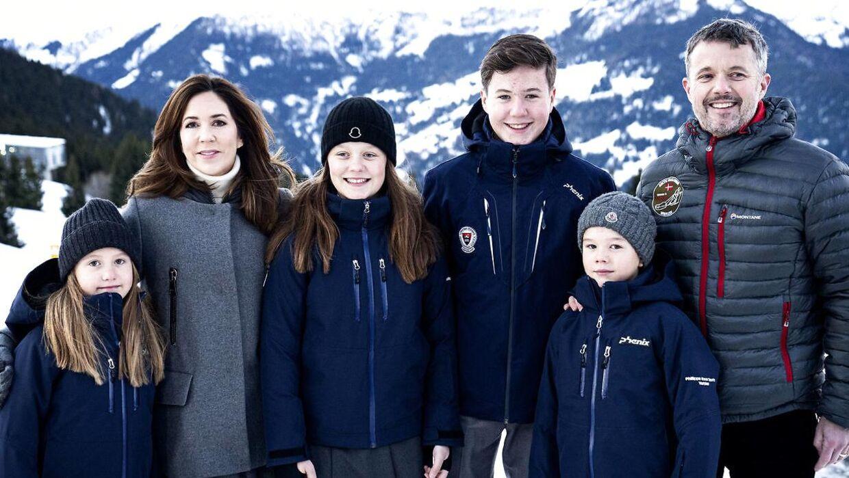 Det er både kronprinsesse Mary og kronprins Frederik, der sandsynligvis er årsage til, at prins Christian er så tilpas i rollen som kongelig, vurderer kongehuseksperter.