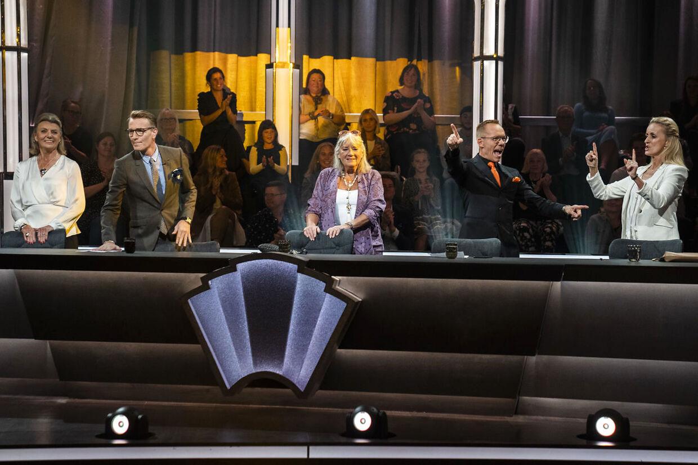 Bortset fra, at der sidder fem dommere ved bordet, er alt som det plejer i 'Vild med dans'. I hvert fald hjemme i stuerne.