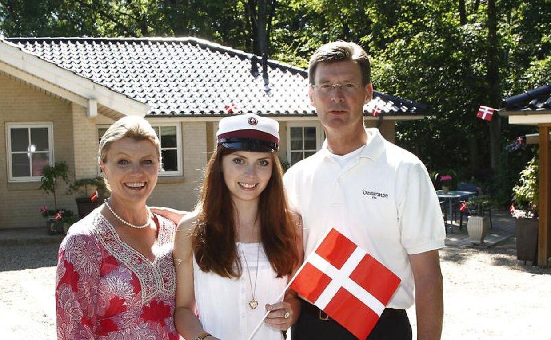 Anne og Hans-Henrik Laxholm viste stolt datteren Lisamaria frem, da hun var blevet student.