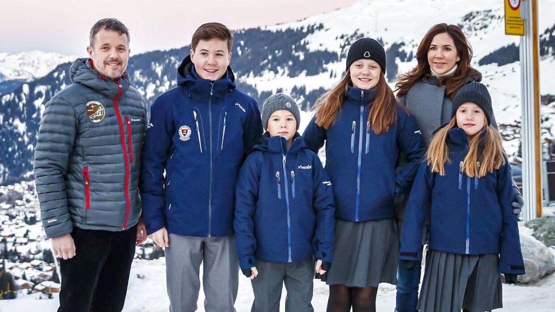 Kronprinsparret er populært, men de skal passe på, at de ikke kun identificerer sig med eliten, lyder det fra retshistorier Ditlev Tamm, der også har svært ved at forstå, hvorfor parret havde behov for at sende deres børn på en eliteskole i Schweiz.