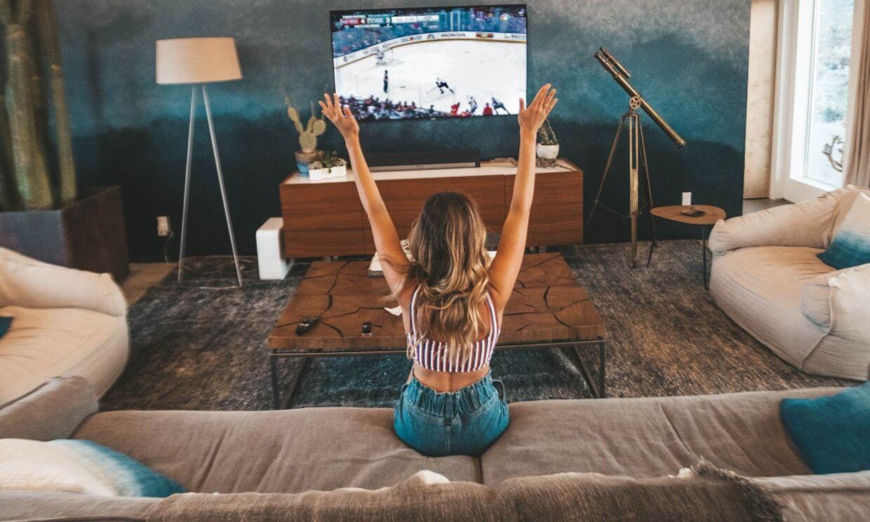 Viaplay er en streamingtjeneste, som har det hele. Film, serier, sport, lejefilm og Tv-kanaler.