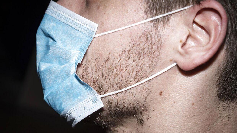 Dette er et modelfoto af en mand med mundbind.