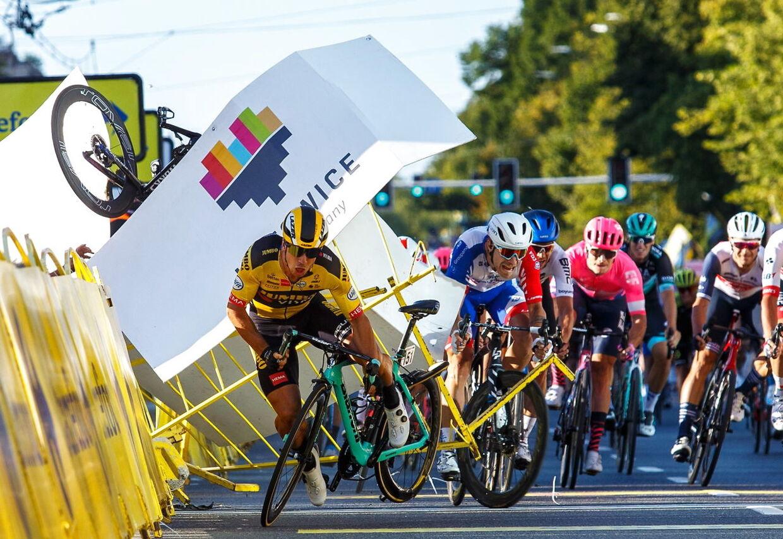 Fabio Jakobsens skæbnesvangre styrt. Det er hans cykel, der ses yderst til venstre.