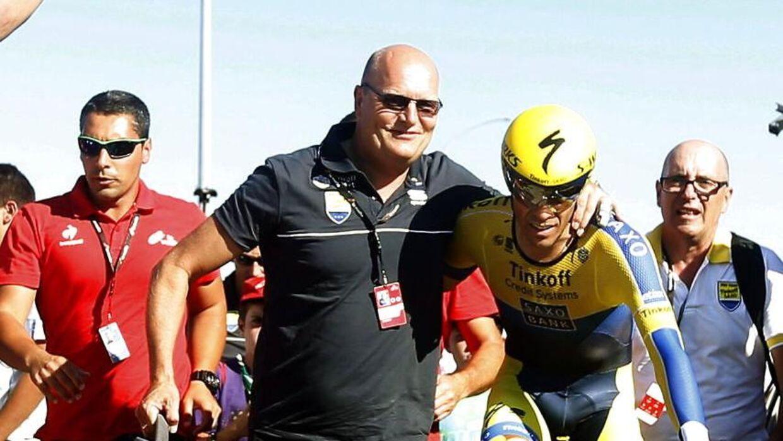 Det var under Vueltaen i 2014, at Bjarne Riis fik besøg af Casper Christensen. Her fejrer Ørnen fra Herning sin vinder af løbet, Alberto Contador.