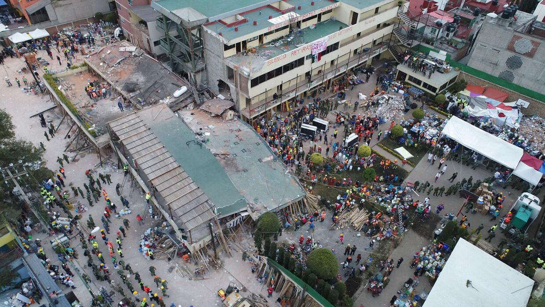 Redningsarbejdere leder efter overlevende i ruinerne af Enrique Rebsamenskolen i Mexico City.