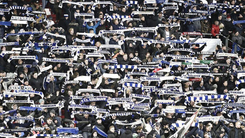 Smittetallene skal ned, før der kommer flere fans på stadion, lyder det fra Socialdemokraternes kulturordfører, Kasper Sand.