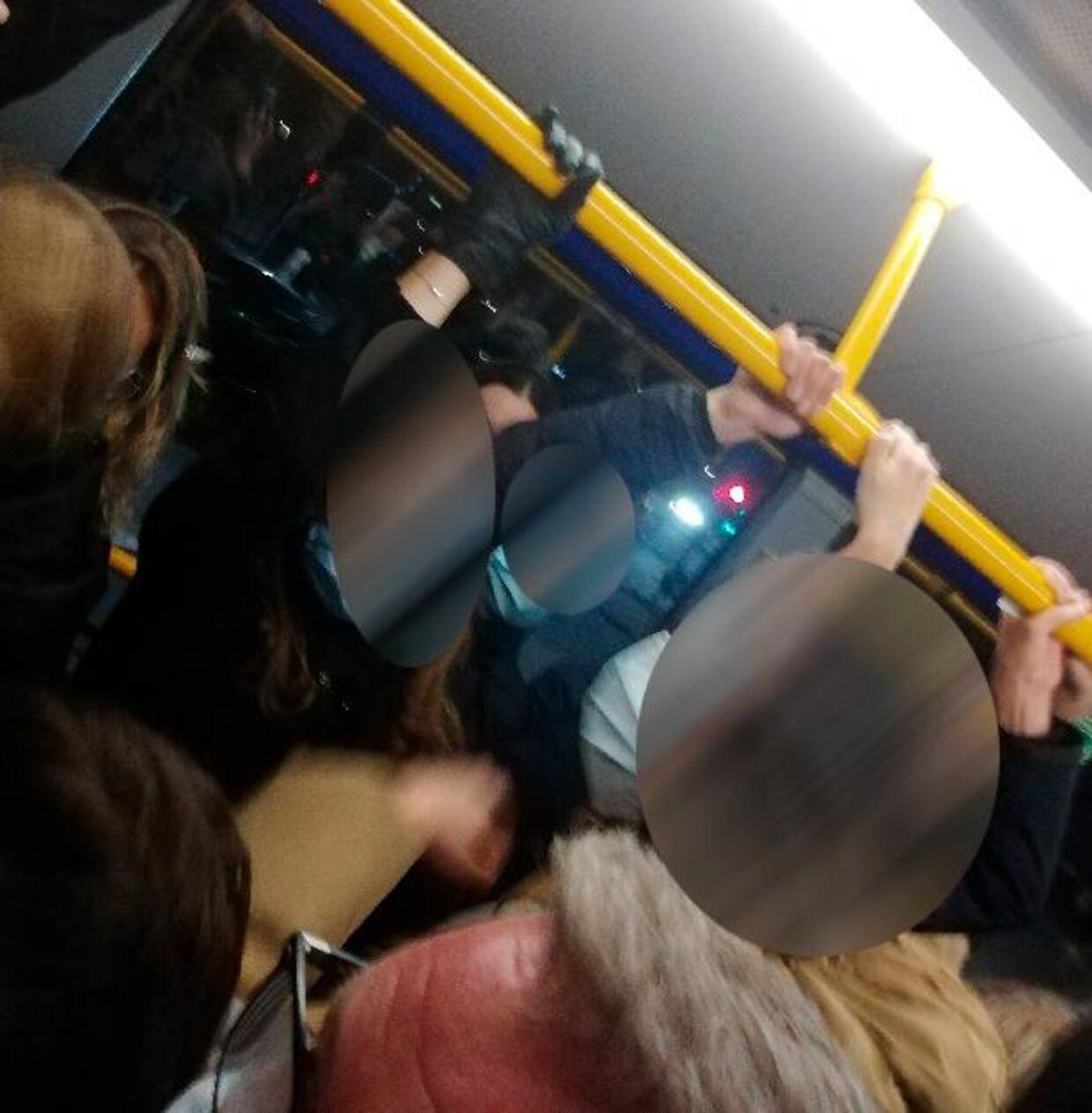 Her er et billede fra den overfyldte bus.