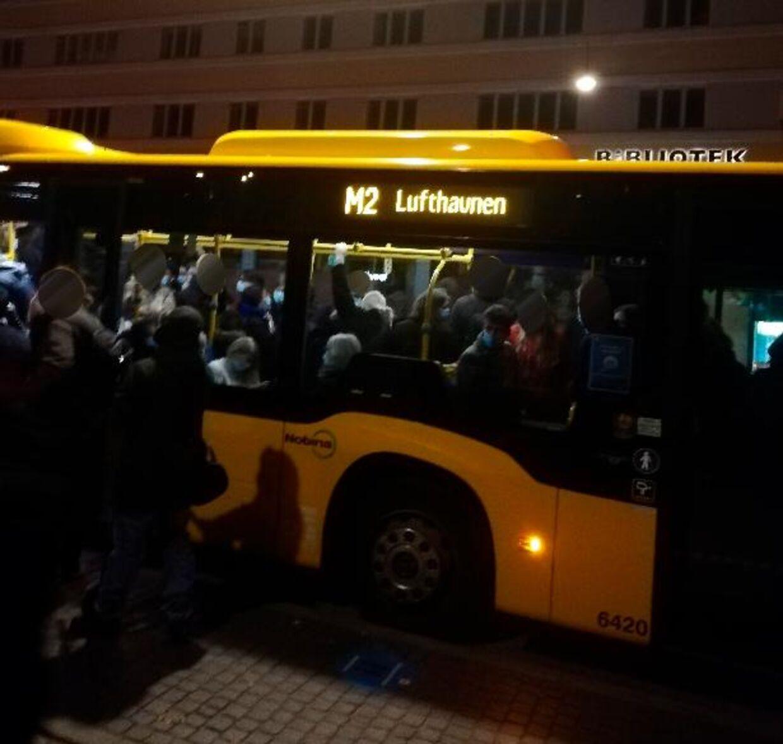 Et billede af den overfyldte bus