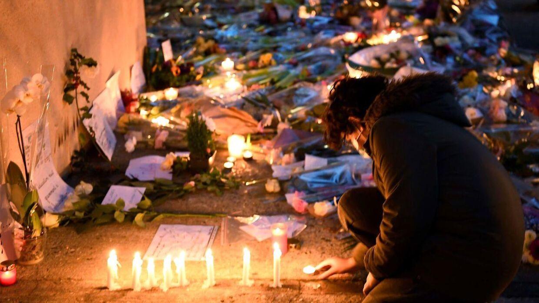 Der tændes levende lys foran skolen i Conflans-Sainte-Honorine, der ligger 30 kilometer nordvest for den franske hovedstad Paris.