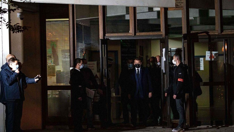 Den franske præsident, Emmanuel Macron, ved den skole, hvor Samuel Paty underviste.