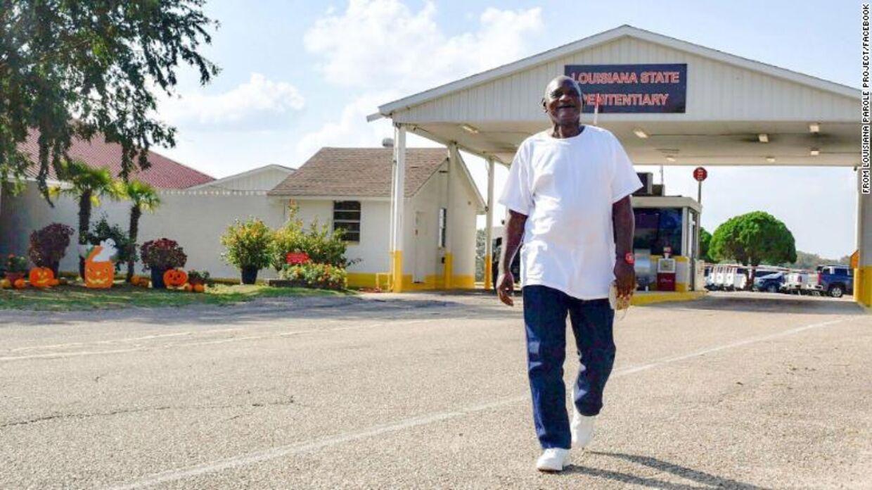 Her ses Wayne Bryant på vej ud af fængslet på prøveløsladelse.