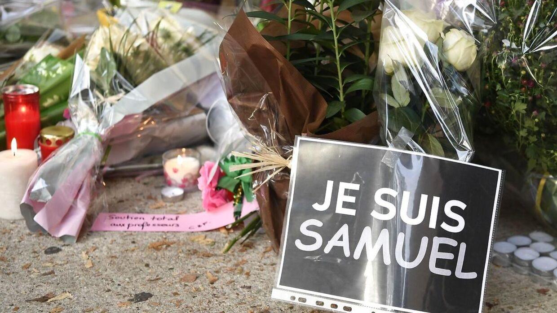 Hashtagget #jesuissamuel er efter drabet på den 47-årige lærer blevet stort på Twitter. Det kommer som en naturlig afløber til hashtagget #jesuischarlie, der voksede sig enormt efter terrorangrebet på Charlie Hebdo i 2015.