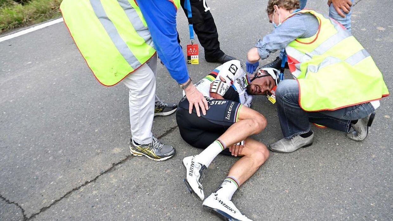 Julian Alaphilippe i store smerter efter styrtet.