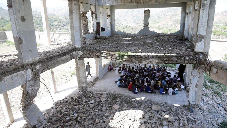 Selvom Al-Wehdah-skolen er sønderbombet, så modtager eleverne fortsat undervisning i ruinerne.