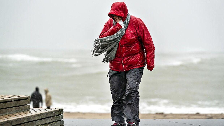 Så slemt som her i Klitmøller i januar, bliver det ikke tirsdag, men vi har udsigt til en både grå, våd og blæsende dag. (Arkivfoto)