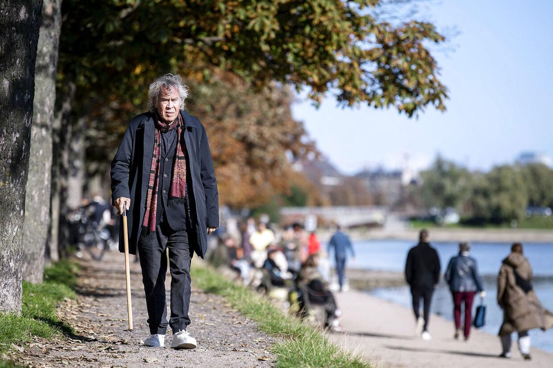 Selvom alderen har sat sine spor, er der stadig stil over Jørgen Leth, når han med stokken som følgesvend går korte ture.